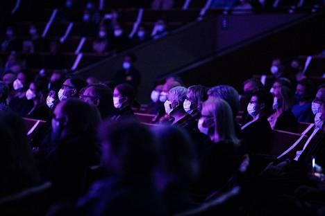 Muun muassa muusikoille kohdennetaan lisää tukea. Yleisöä turvavälein ja maskeissaan viime lauantaina Helsingin Kulttuuritalossa Club for Five -lauluyhtyeen 20-vuotisjuhlakonsertissa.
