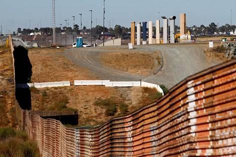 Yhdysvaltojen ja Meksikon väliin kaavaillun muurin prototyyppejä kuvattuna Meksikon puolelta rajaa Tijuanassa maanantaina. Kuvan etualalla nykyinen raja-aita.