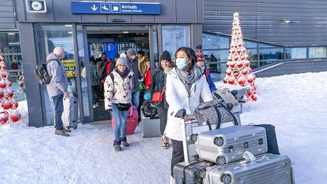 Lentomatkustajia saapumassa Rovaniemelle 26. tammikuuta.