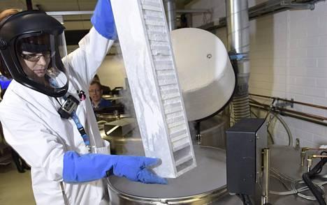 Biopankit tulevat. Reija Randen-Brady otti näytteitä biopankin säiliöstä Meilahden Biomedicumissa Helsingissä helmikuussa 2015.