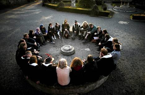 Harry Potter -roolileikkiin osallistuneet kuuntelivat ohjeita torstaina Suchassa Puolassa. Torstaina alkanut roolileikki kestää neljä päivää.