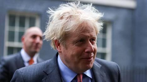 Britannian pääministeri Boris Johnson kuvattuna virka-asuntonsa edustalla Lontossa tiistaina.