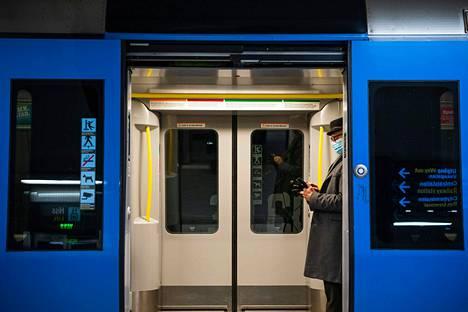 Matkustaja käytti kasvomaskia Tukholman metrossa tammikuussa.
