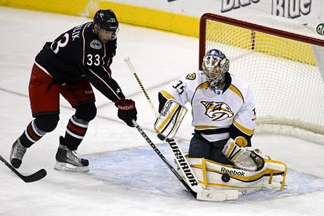 Nashville Predatorsin maalivahti Pekka Rinne torjui Columbus Blue Jacketsin Tomas Kubalikin laukauksen.