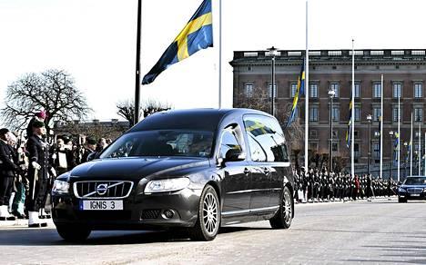 Hautajaissaattue kulki kuninkaanlinnan kappelista kuninkaalliselle hautausmaalle Hagan puistoon.