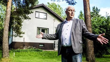 """Kiinteistönvälittäjä Timo Hongisto välittää Vantaan Vantaanlaaksossa 189 neliömetrin kokoista omakotitaloa. """"Ihmismäärä, joka pääkaupunkiseudulle muuttaa, ei mielestäni korreloi omakotitalokaupan kanssa. Kävijöitä näytöissä on enemmän, mutta ostopäätöksissä kestää yhä."""""""