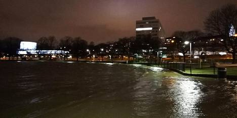 Tokoinranta tulvi Helsingissä myöhään maanantaina.