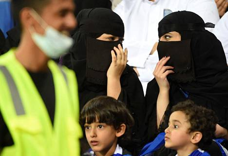 Saudi-Arabiassa naisia on päästetty urheilukatsomoihin vasta tammikuusta lähtien, sillä aiemmin sukupuolet on haluttu eristää tiukasti toisistaan. Nyt maassa on kumottu useita konservatiiviseen uskontulkintaan liittyneitä kieltoja. Kuva on otettu tiistaina jalkapallo-ottelussa Riadissa.