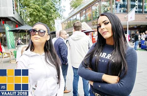 """Södermalmin lähellä asuvat Elin Dalman ja Nikita Blomquist äänestävät sunnuntaina ensimmäistä kertaa elämässään. """"Minua kiinnostaa vaalikysymyksistä ehkä eniten rikollisuus, maahanmuutto ja vanhustenhoito"""", Dalman sanoo. """"Maahanmuuttajien täytyy opetella kieli ja löytää töitä, koska heille annetaan niin paljon"""", Blomquist toteaa."""
