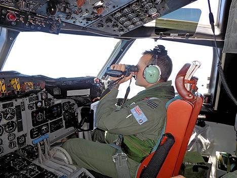 Australian ilmavoimien lentäjä etsi kadonnutta matkustajakonetta tämän viikon maanantaina Malesian niemimaan länsipuolelta.
