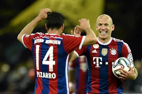 Bayern Münchenin perulaiskärki Claudio Pizarro ja hollantilainen Arjen Robben juhlivat jatko-aikamaalia.