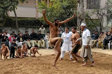 Pakistanilainen vapaapainija tanssi voitettuaan alueellisen kilpailun Punjabin nuorten festivaaleilla sunnuntaina.