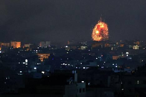 Israelin ilmaiskun aiheuttama räjähdys Beit Lahian kaupungissa Gazan pohjoispuolella perjantai-iltana.