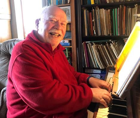 Paul Harvey pianonsa äärellä.