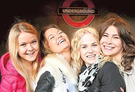 Hilla (vas.), Mira, Jasmiina ja Anna lähtevät töihin Lontooseen.