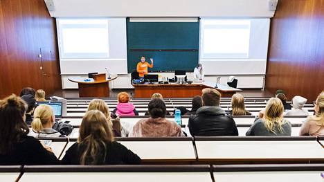 Helsingin yliopiston opiskelijoita luennolla Porthaniassa.