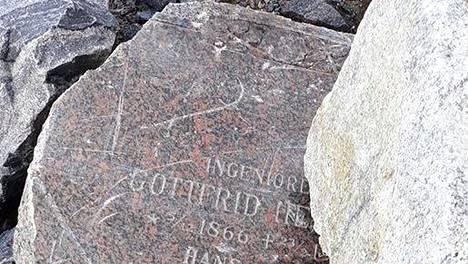 Katja Kotikoski valokuvasi erikoiseen paikkaan joutuneen hautakiven kävelyllään viikonloppuna.