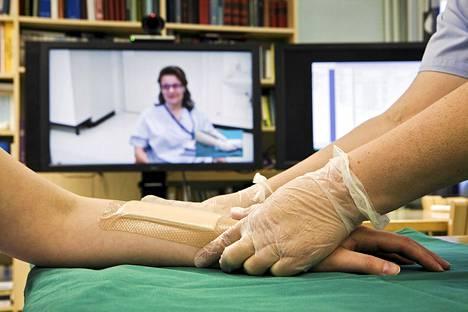Etäyhteyttä on käytetty muun muassa sairaanhoitajien apuna. Kuvassa terveyskeskuksen sairaanhoitaja konsultoimassa suorassa videoyhteydessä vaikean palovamman hoidossa keskussairaalaa 2010.