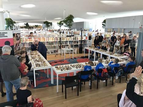 15 nuorta pelaaja pelasi shakkimestari Anatoli Karpovia vastaan lauantaina Helsingin keskustakirjasto Oodissa.