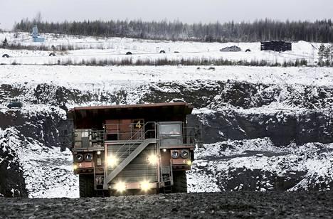 Terrafamen (entinen Talvivaara ) nikkelikaivoksella Sotkamossa jättikokoiset kiviautot kuljettavat malmikiveä louhokselta murskaamolle.