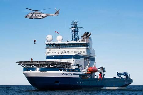 Pintapelastaja auttoi pelastettavan norjalaiseen NH-90-helikopteriin Polaris 2019 -harjoituksessa Selkämerellä tiistaina.