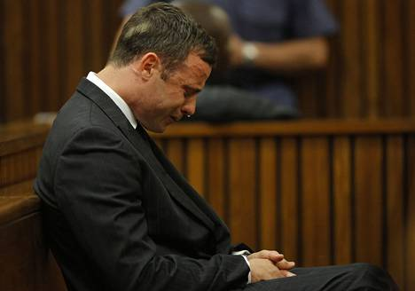 Paralympiaurheilija Oscar Pistorius rupesi itkemään kuultuaan oikeuden päätöksestä.