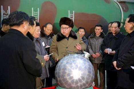 Kim Jong-un tapasi Pohjois-Korean ydinaseasiantuntijoita maaliskuussa 2016 julkaistussa kuvassa.