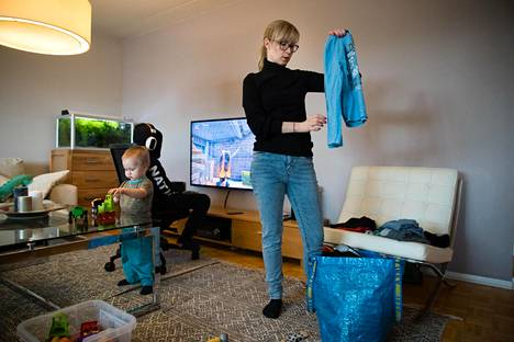 Pauliina Kivi ja lapset Remo, 2, ja Visa, 11, kotona Espoossa.
