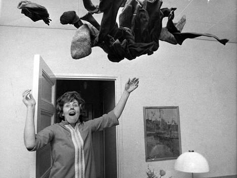 Mauno Koivisto tuli tunnetuksi rikkinäisistä sukista, mutta Tellervo Koivisto ei koskaan niitä parsinut. Kuva on vuodelta 1972.