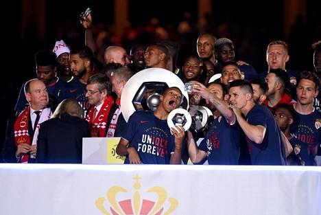 Monacon tähtihyökkääjä Kylian Mbappe juhli joukkuekavereidensa kanssa Ranskan liigan mestaruutta, joka varmistui viimeistä edeltävällä ottelukierroksella.