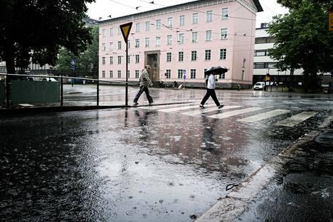 Kävelijöitä Helsinginkadun ja Läntisen Brahenkadun risteyksessä.
