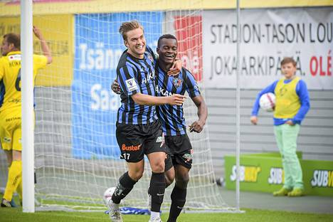 Mika Ojala (vas.) onnitteli maalintekijä Vincent Onovoa (oik.) Interin voittoon päättyneessä HJK-ottelussa.