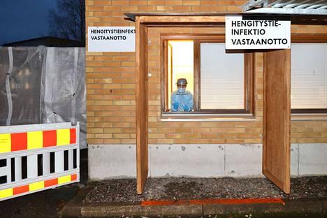 Sairaanhoitaja Pirkko Koikkalainen työskentelee hengitystieinfektioihin keskittyvässä vastaanotossa, jonka Varkaus perusti terveyskeskukseen koronaviruksen varalta.