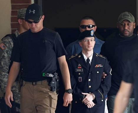 Bradley Manning poistumassa oikeustalolta Fort Meadessa, Marylandissa tiistaina.