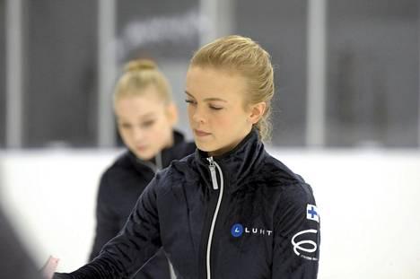 Emmi Peltonen (edessä) ja Viveca Lindfors johtavat naisten SM-kisaa lyhytohjelman jälkeen.