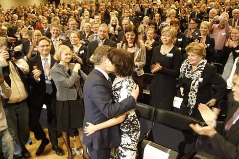 Sauli Niinistö valittiin kokoomuksen presdenttiehdokkaaksi lokakuussa 2011. Jenni Haukio onnitteli miestään ensimmäisenä.