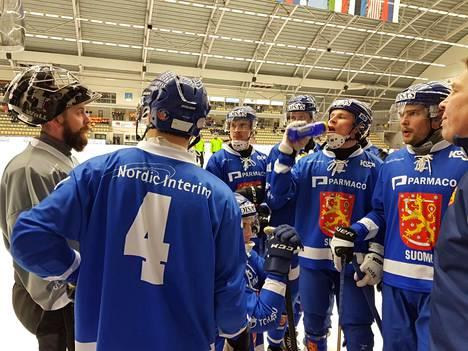 Suomen pelaajat juonivat uusia kuvioita aikalisällä.