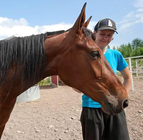 """Vernaa rapsutteleva Niina Laiho valmistui hevosten hoitajaksi Salpauksen koulutuskeskuksesta Lahdesta. Samalla hän kävi lukion. """"Hyvälle työntekijälle riittää tällä alalla aina töitä."""""""