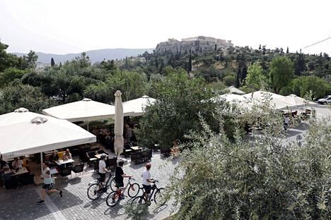 Ihmiset palasivat toukokuun ensimmäisellä viikolla ulkoilmakahviloihin puoli vuotta kestäneen sulkutilan loputtua Ateenassa.
