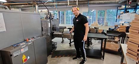 Pentisolin toimitusjohtaja Jari Mäkinen töissään.  Desinfiointiaineiden kysyntä on nyt niin kova, että myös yrityksen johto ja myyntihenkilökunta tekevät töitä tuotannossa.