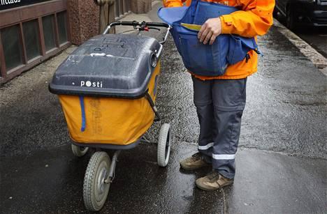 Postinkantaja työssään Helsingissä.