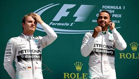 Mercedeksen Lewis Hamilton hymyili voittajana. Nico Rosberg joutui tyytymään kakkossijaan.