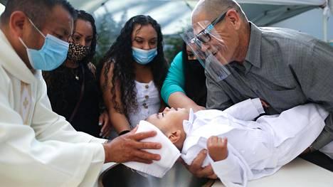 Lapsi kastettiin katolisesssa kirkossa Los Angelesissa lauantaina. Kalifornian osavaltiossa on todettu yli 800 000 koronatapausta.