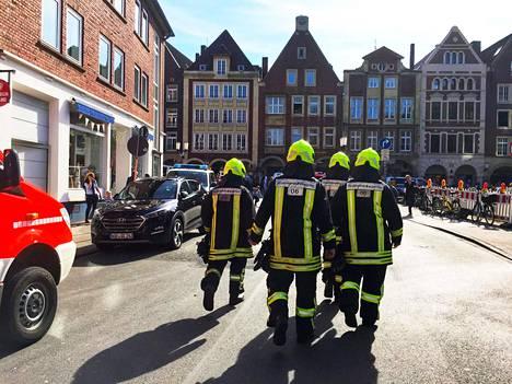 Pelastustyöntekijät työskentelivät tapahtumapaikalla, jossa pakettiauto ajoi terassilla istuneiden ihmisten päälle Münsterissä Saksassa lauantaina.