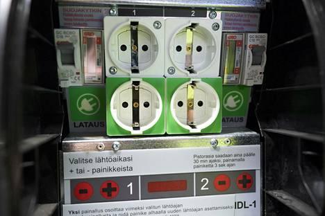 Kalasatamassa muutettiin lämmitystolppa lataustolpaksi. Ylempänä on lämmityspistorasia ja alhaalla lataukseen tarkoitettu pistorasia.