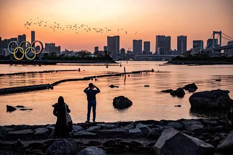 Olympiarenkaat Tokionlahden rannalla 20. huhtikuuta.