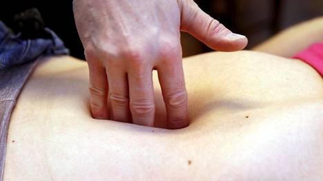 Sormien uppoaminen vatsaan voi kertoa vatsalihasten erkaantumasta. Siitä kärsivän on hyvä välttää joitakin liikkeitä ja liikuntamuotoja.