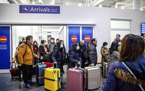 Lentomatkustajia saapumassa Ivalon lentoasemalle 25. tammikuuta.