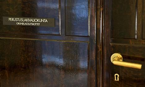 Eduskunnan perustuslakivaliokunnan ovi eduskuntatalossa Helsingissä maanantaina 29. maaliskuuta.