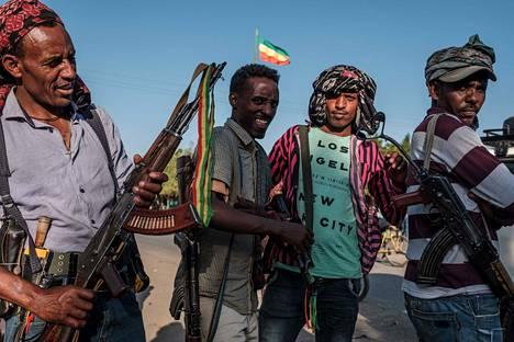 Aseistautuneita miehiä Mai Kadrassa Etiopiassa lauantaina 21. marraskuuta.